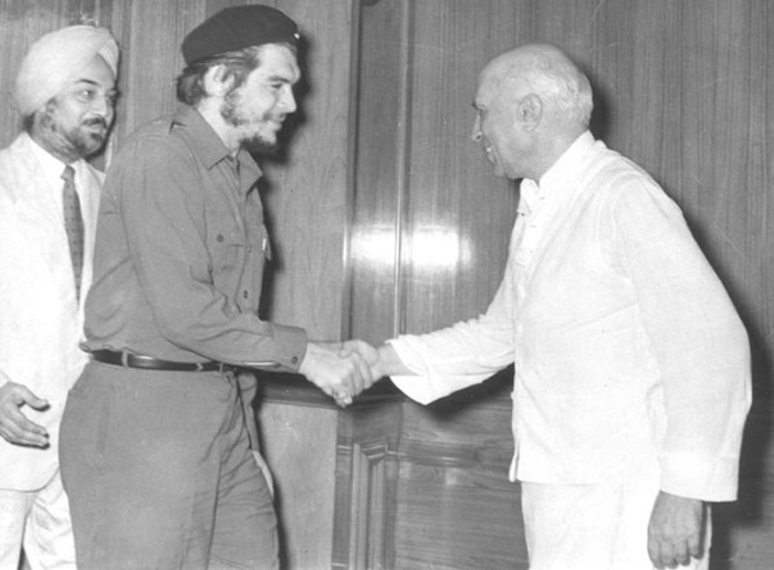 Jawaharlal Nehru welcoming Cuban revolutionary Che Guavara