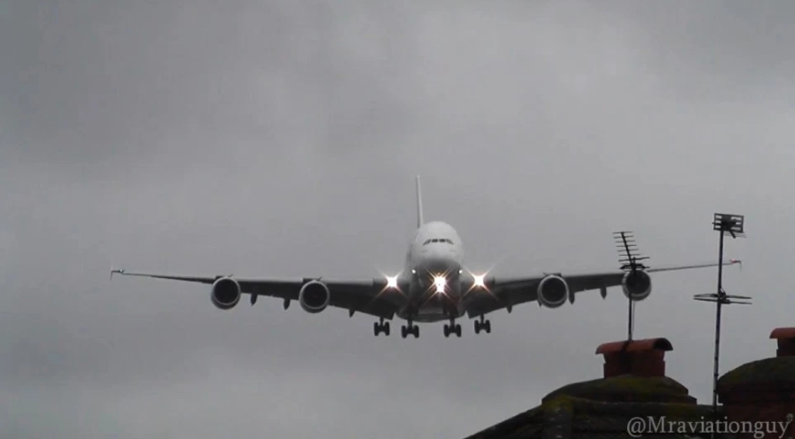 emirates-airbus-a380_dramatic-moment2