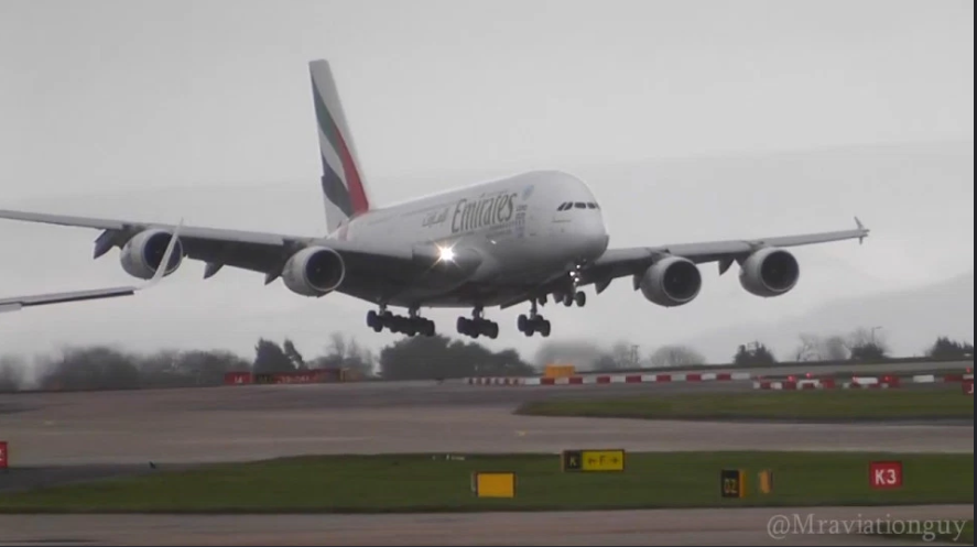 emirates-airbus-a380_dramatic-moment3