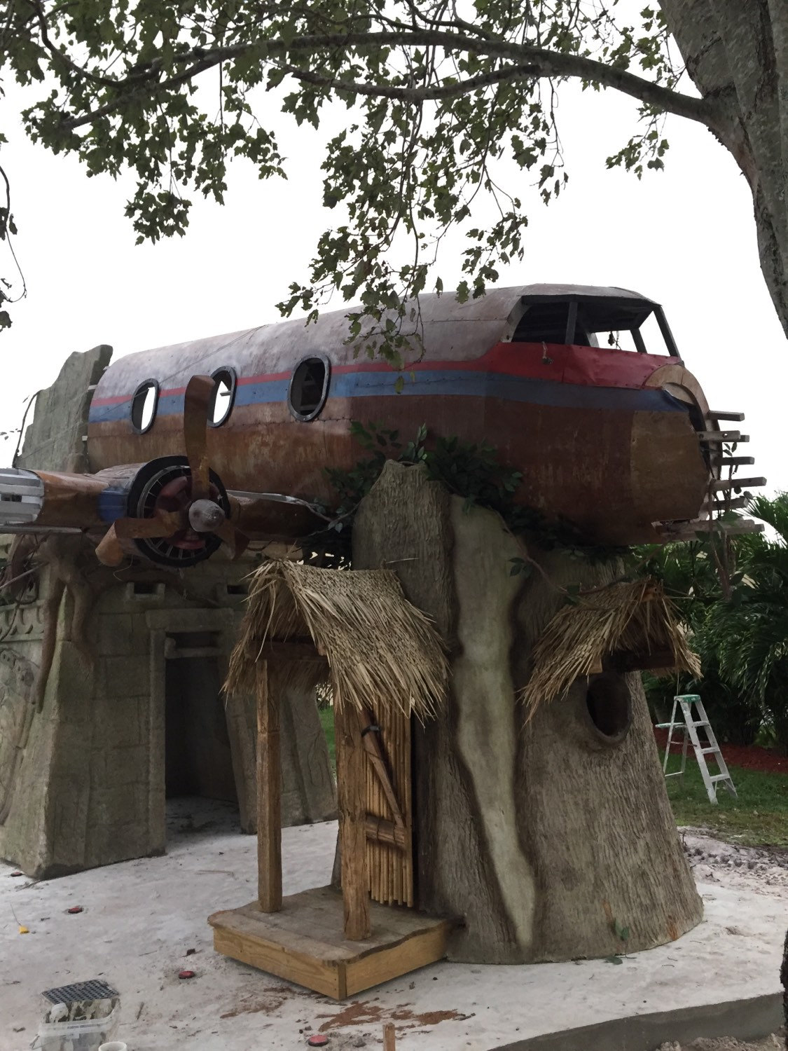 plane-wreckage-treehouse_gifts-for-kids