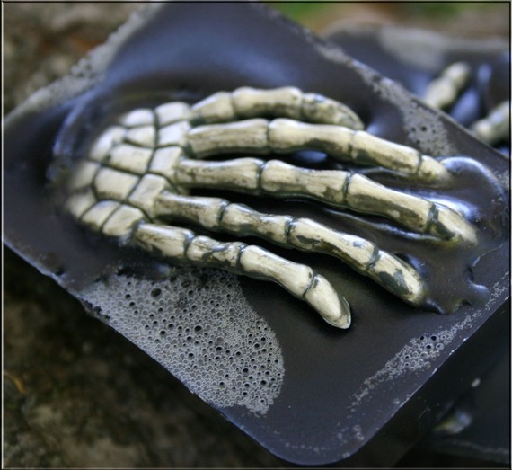 skeleton-hand-soap_halloween-gifts