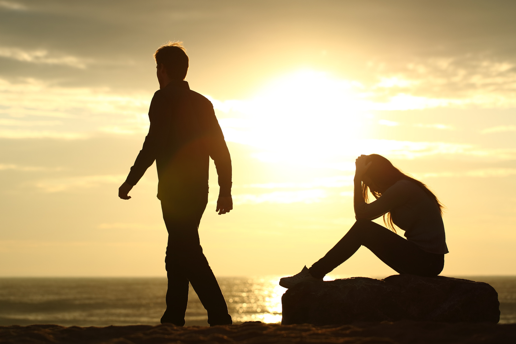 Couple silhouette breaking up a relation