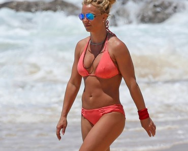 Britney-Spears-Bikini-Beach-Hawaii-April-2017