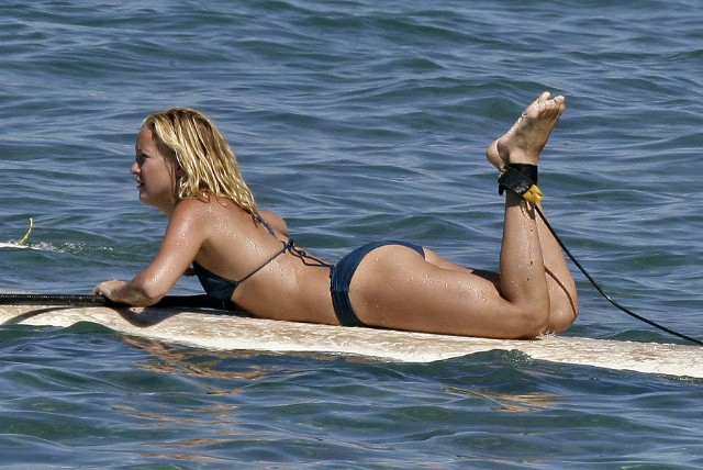 Kate Hudson Show Off Her Curves In Different Bikinis
