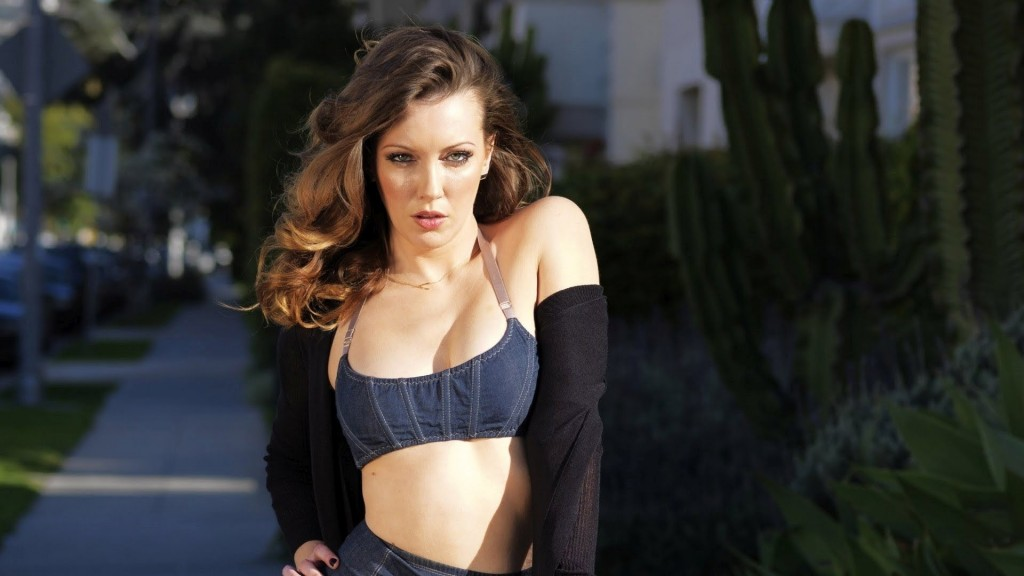 Arrow Star Katie Cassidy Show Off Her Figure In Tiny Bikini