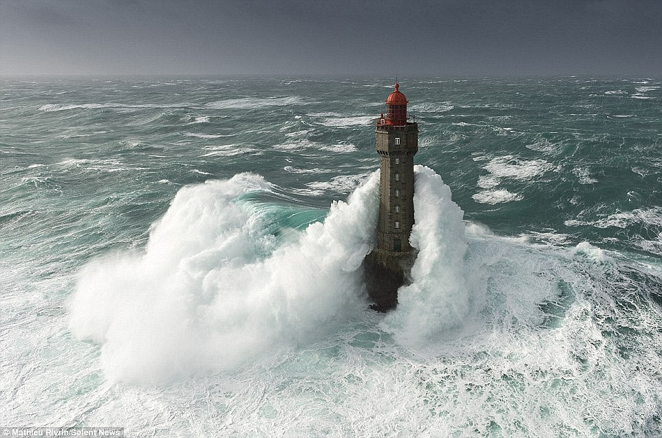 19 Incredible Pictures Of Waves At Their Most Beautiful And Terrifying