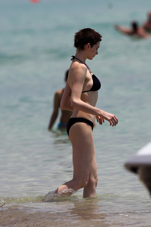 anne hathaway pregnant bikini