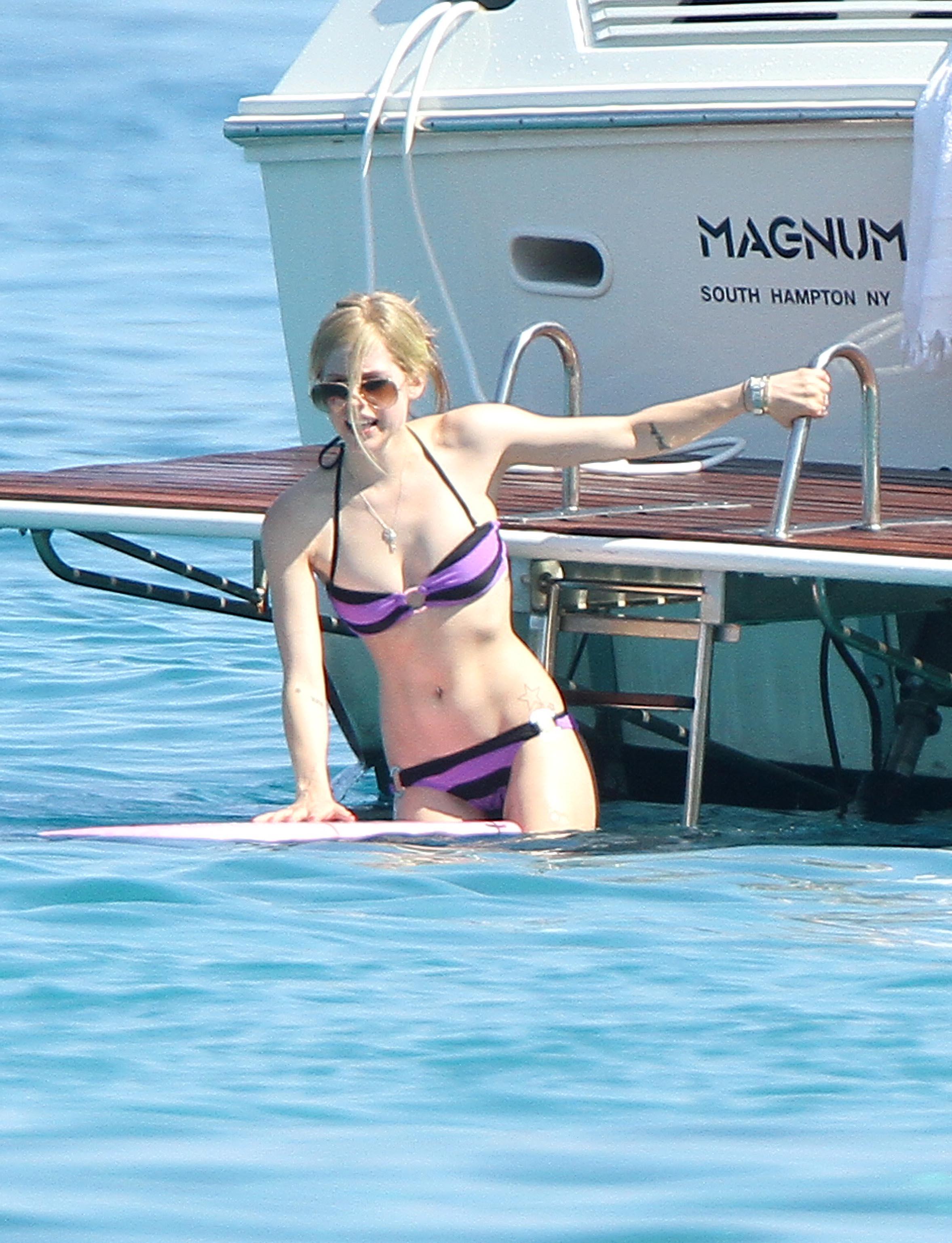Hot Avril Lavigne Shows Off Sexy Bikini Body-1571