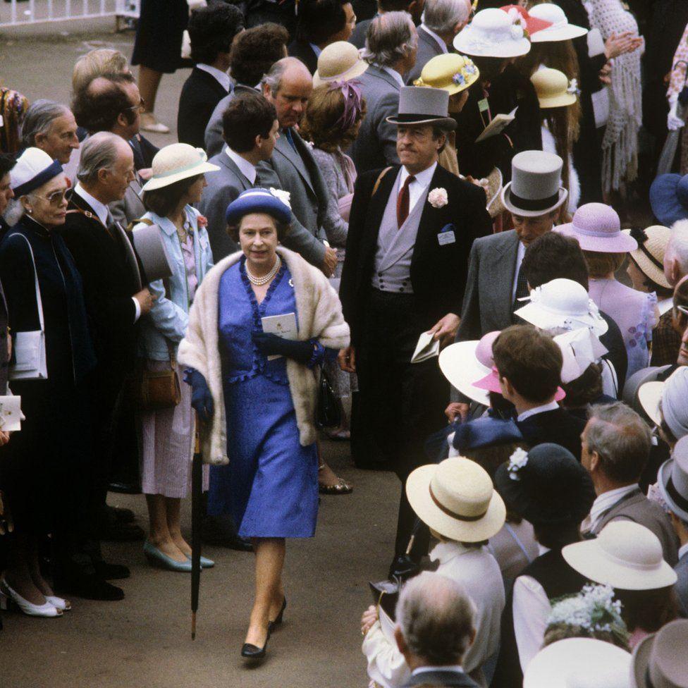 Queen Elizabeth II-V46