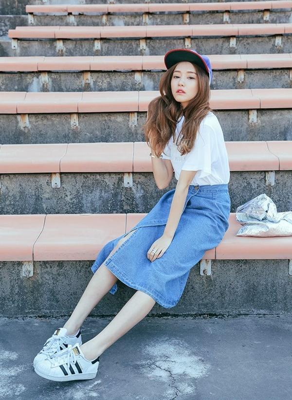 b8df810d92 25 Long And Short Denim Skirt Outfits For Girls