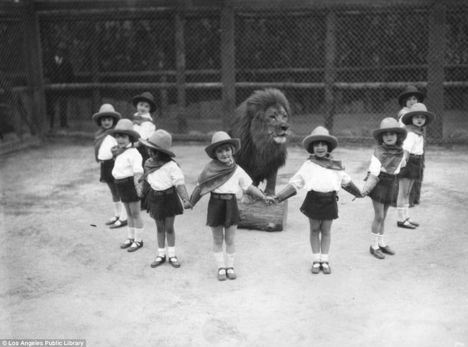 20 Incredible Vintage Photographs Capture Inside Gay's Lion Farm LA