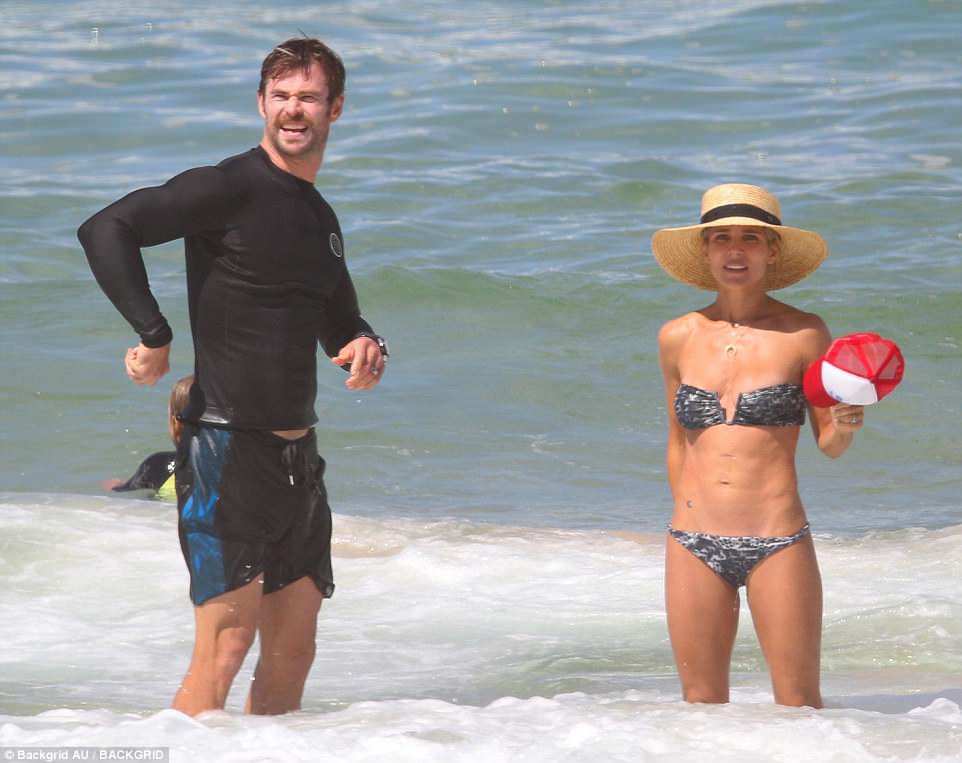 Elsa Pataky Enjoy Beach Day With Friends Matt Damon And Luciana Barroso