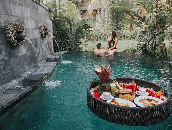 floating-romantic-breakfast